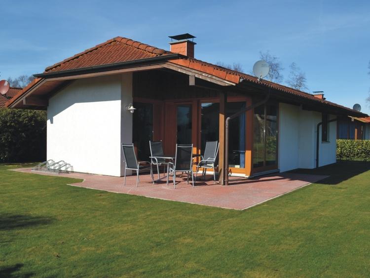Große Terrasse mit Gartenmöbeln
