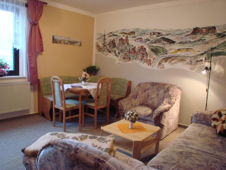Wohnzimmer mit Essecke in der Fewo