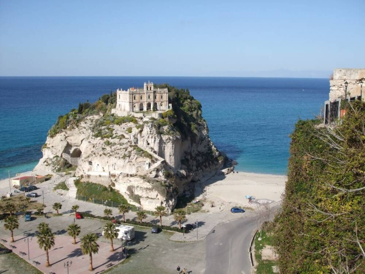 Santa Maria d'Isolde from Piazza Cannone Tropea