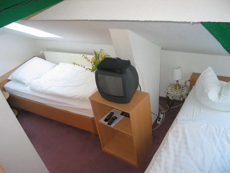 Economy-TWIN-room with shared bath-tub at floor