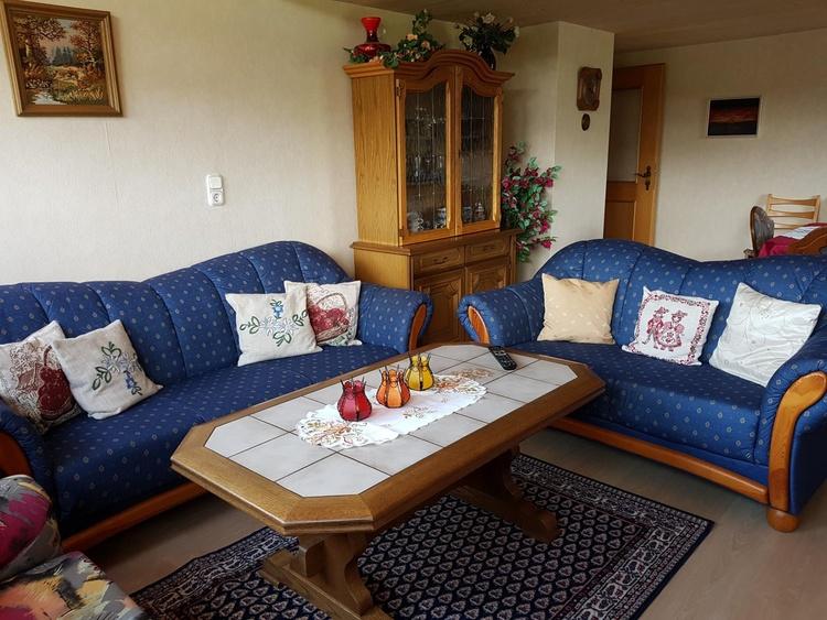 Wohnzimmer mit Balkon und SAT-TV