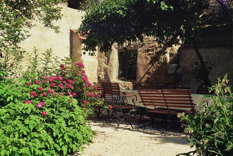 ummauerter Sitzplatz im Garten