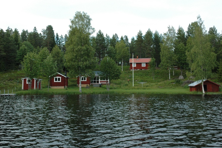 Buildings (left=>right): Sauna Guest house, Main bldg, Boat house. House behind flagpole not used