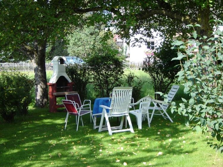 großer Garten mit Gartengrill Tischtennis