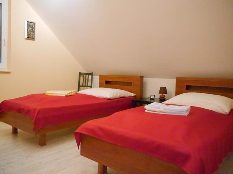 Schlafzimmer mit Einzelbetten und TV