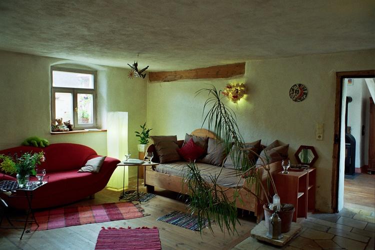 Ein Teil des Wohnzimmers mit Ofen