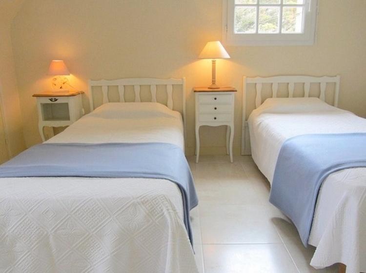 Schlafzimmer mit 3 Einzelbetten. Meeresblick und Gartenblick vom den Fenster