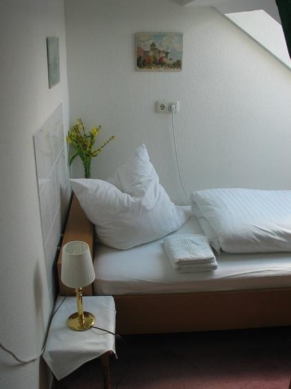 Very small Economy Single-room with shared bath-tub