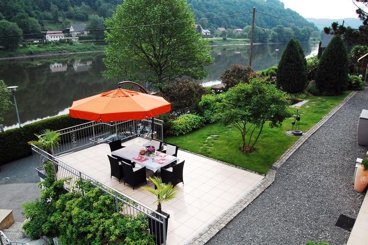 Blick auf den Garten der Villa Romantica