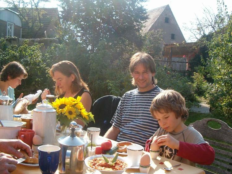 Frühstück im sonnigen Hof