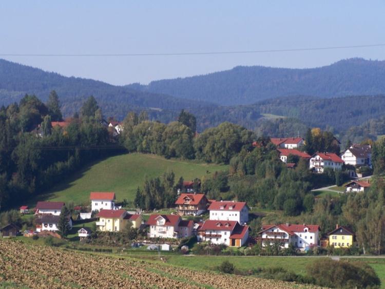Haus Elfriede von gegenüber mit Landschaft