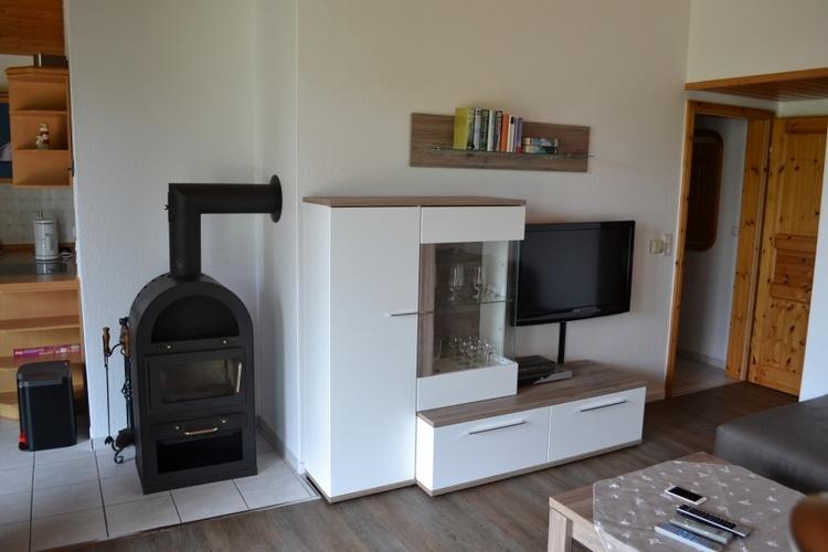 Wohnbereich mit Sat TV, Stereoanlage und DVD Player.