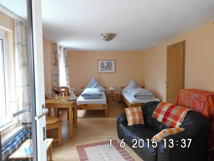 Apartment 2 mit zwei Betten 0,90 x 2,00 m rechte Tür zu Kleinküche und zum Duschbad.