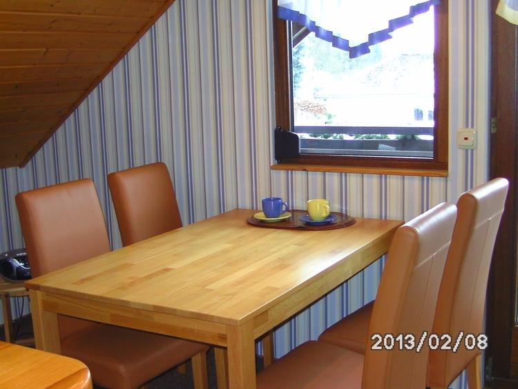 Esstisch mit 4 Stühlen 50 m²